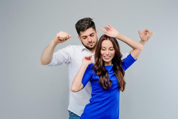 Uomo e donna che ballano insieme isolato su sfondo grigio