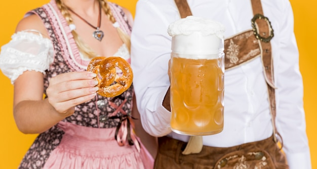 Uomo e donna che celebrano più oktoberfest