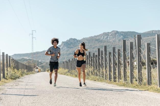 Uomo e donna che corre lungo la strada