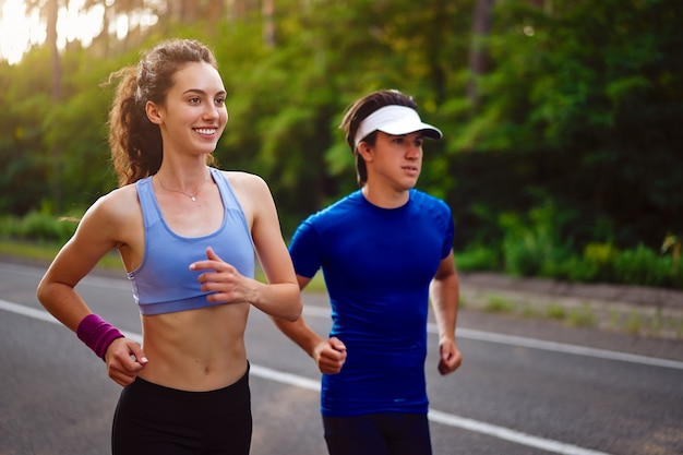 Uomo e donna che corrono all'aperto