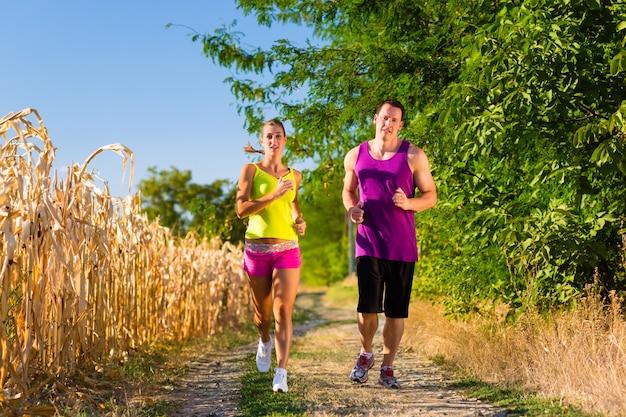 Uomo e donna che corrono per lo sport