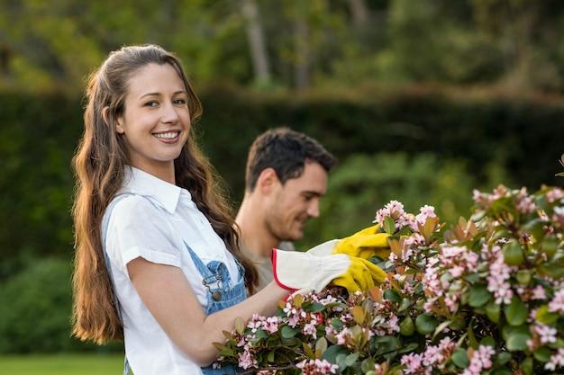 Uomo e donna che fanno il giardinaggio insieme nel giardino