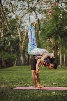 Uomo e donna che fanno yoga