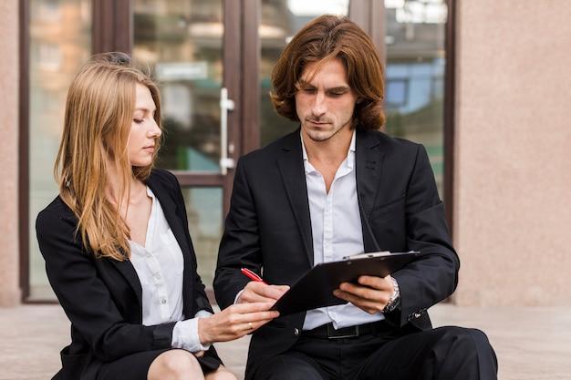 Uomo e donna che firma vista frontale