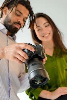 Uomo e donna che guardano le foto