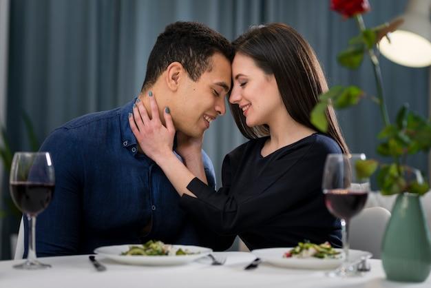 Uomo e donna che hanno una cena romantica di san valentino a casa