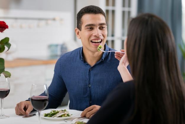 Uomo e donna che hanno una cena romantica insieme