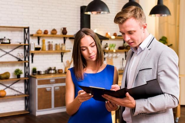 Uomo e donna che ispezionano un documento