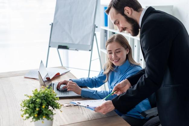 Uomo e donna che lavorano insieme in ufficio