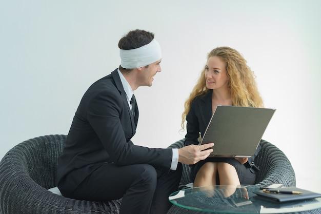 Uomo e donna che parlano di informazioni sull'assicurazione sulla vita. concetto di assicurazione sanitaria