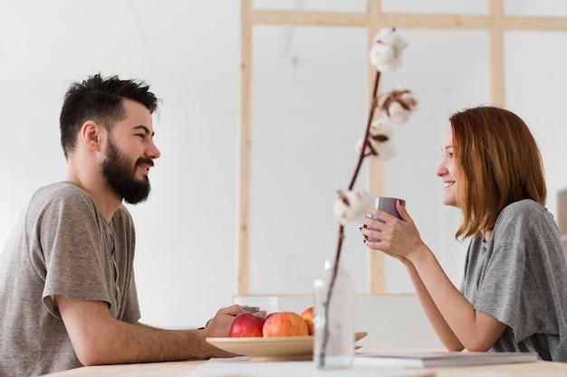 Uomo e donna che parlano in cucina