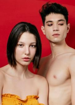 Uomo e donna che posano il colpo dello studio