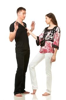 Uomo e donna che posano nella posa divertente