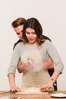 Uomo e donna che producono pasta