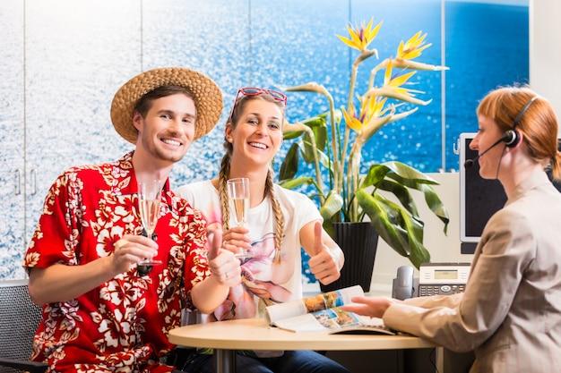 Uomo e donna che raccomandano l'agenzia di viaggi