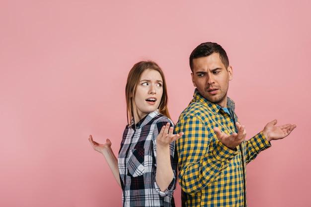 Uomo e donna che sembrano dubbiosi