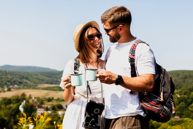 Uomo e donna che si guardano e che bevono caffè