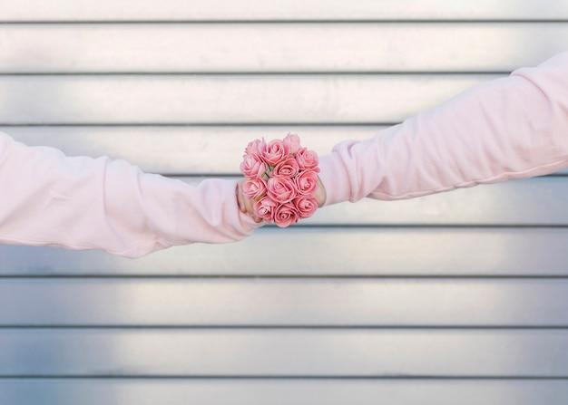 Uomo e donna che tiene il mazzo di fiori