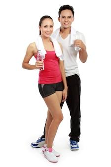 Uomo e donna con acqua dopo l'allenamento