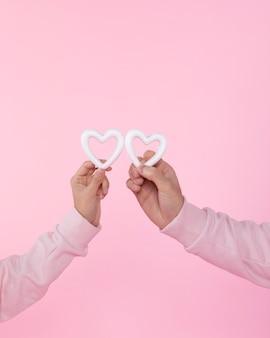 Uomo e donna con i simboli del cuore