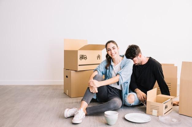 Uomo e donna con scatole in movimento