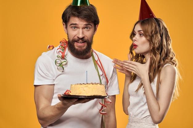 Uomo e donna con torta di compleanno