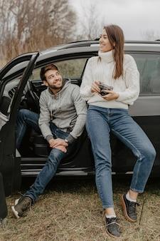 Uomo e donna del viaggiatore della foto a figura intera