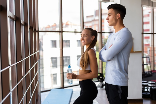 Uomo e donna in palestra con pausa