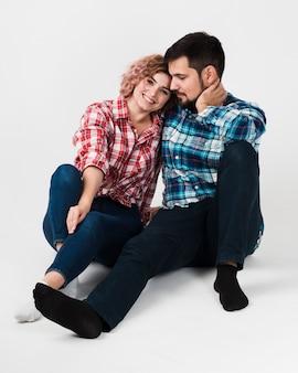 Uomo e donna in posa per san valentino