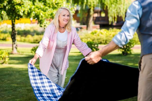 Uomo e donna in possesso di una coperta