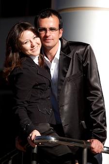 Uomo e donna in tailleur pantalone