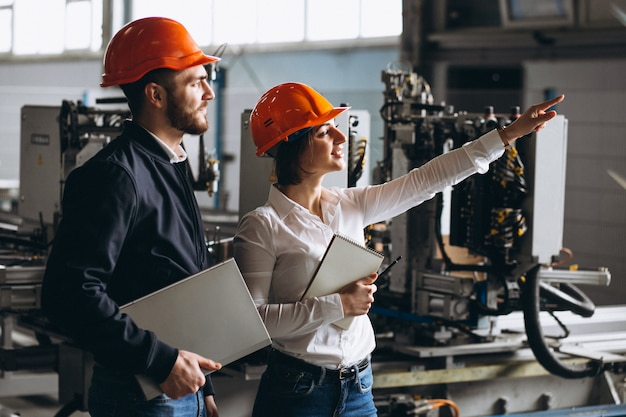 Uomo e donna in una fabbrica