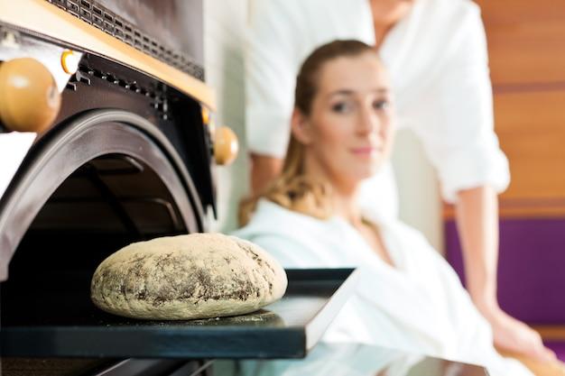 Uomo e donna in una sauna per il pane