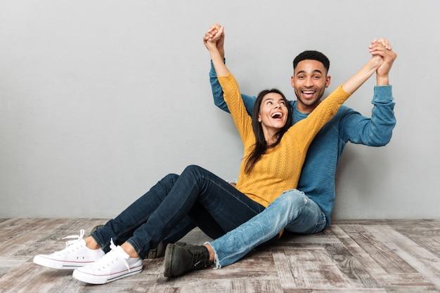 Uomo e donna innamorata che si diverte