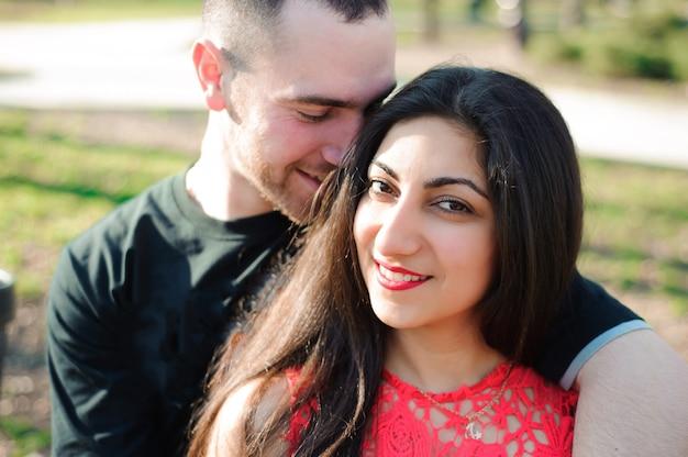 Uomo e donna innamorata in posa nel parco
