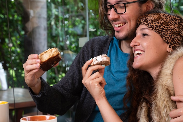 Uomo e donna insieme alla caffetteria