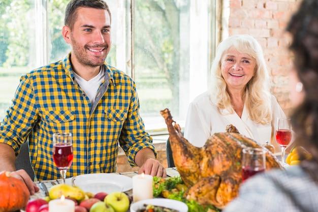 Uomo e donna invecchiata seduto al tavolo