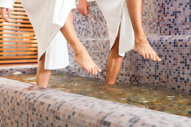 Uomo e donna mentre calpestando acqua benessere