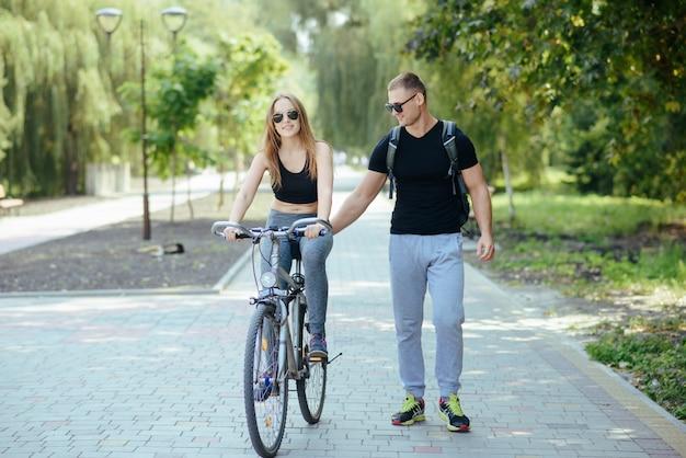 Uomo e donna nel parco