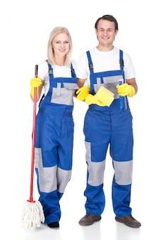 Uomo e donna più puliti sorridenti dei giovani.