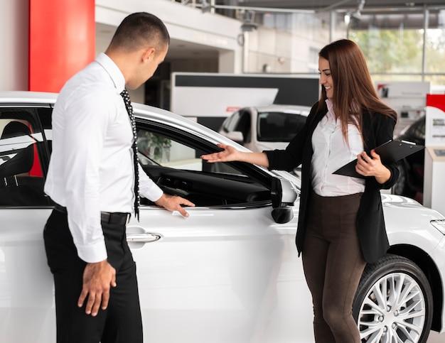 Uomo e donna presso un concessionario di automobili