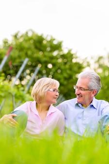 Uomo e donna senior felici in vigna