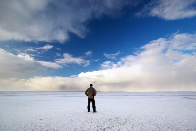 Uomo e inverno