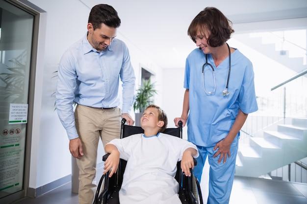 Uomo e medico che interagiscono con il ragazzo disabile