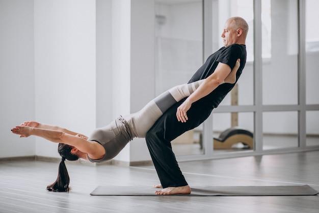 Uomo e wom un asana di yoga di equilibrio