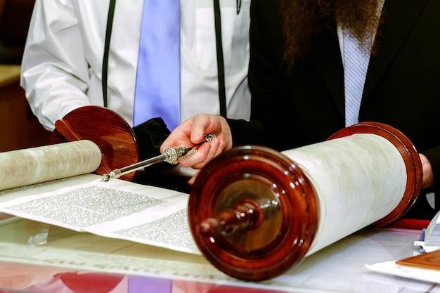 Uomo ebreo vestito con abiti rituali