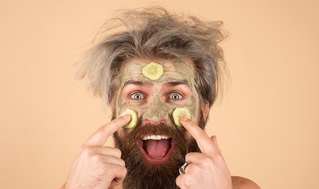 Uomo eccitato con pelle fresca pulita toccando il proprio viso