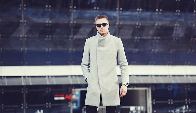 Uomo elegante che indossa vestiti alla moda