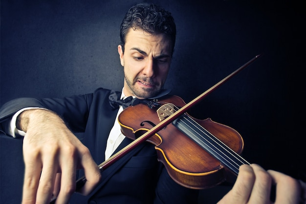 Uomo elegante che suona un violino