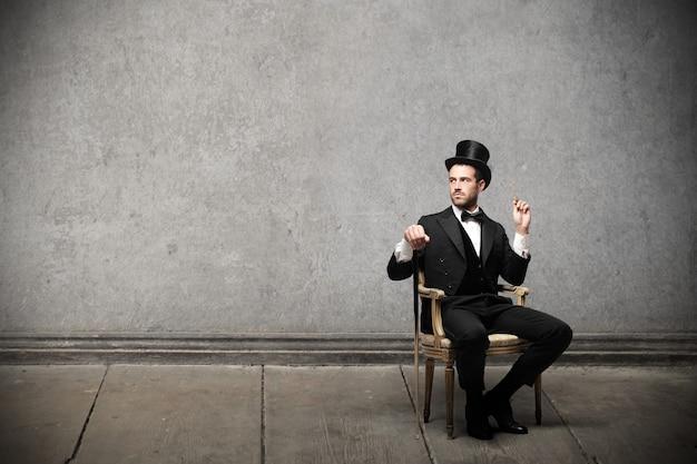 Uomo elegante con un cappello a cilindro